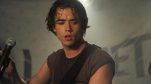 O ator Jamie Blackley, que interpreta o roqueiro Adam no filme Se Eu Ficar