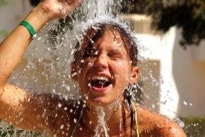 Vamos combinar que não tem nada mais refrescante do que aquela chuveirada para tirar o excesso de cloro ou areia?