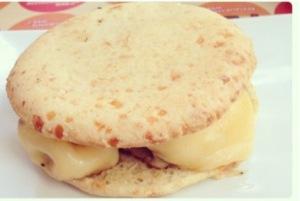 Olha ele aí: hamburger no pão de queijo de verdade