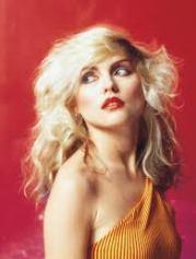 É só a Debbie Harry começar a cantar que eu sinto vontade de sair dançando pela casa