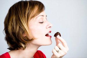 woman-eating-chocolate-2_t670