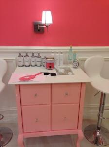 Nessas bancadinhas, é possível testar alguns produtos e se encantar com o famoso espelho da marca (parece de princesa)