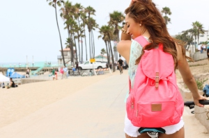 072013-elizabeth-keene-pink-backpack-manhattan-beach-fashion-blogger-summer-looks-crochet-pink-backpack-white-denim-shorts-9830